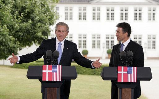 President George W. Bush och statsminister Anders Fogh Rasmussen håller gemensam presskonferens.