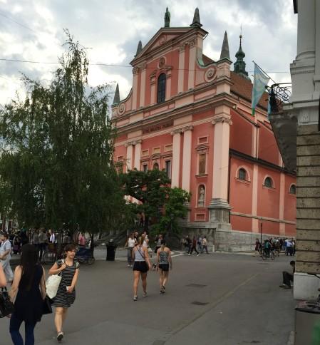 I centrala Ljubljana är detta idylliska område skapat genom att man tagit bort biltrafiken. Foto: Magdalena Beck